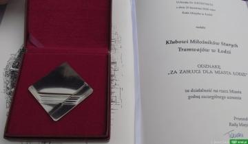 """Odznaka """"Za Zasługi dla Miasta Łodzi"""" dla Klubu Miłośników Starych Tramwajów"""